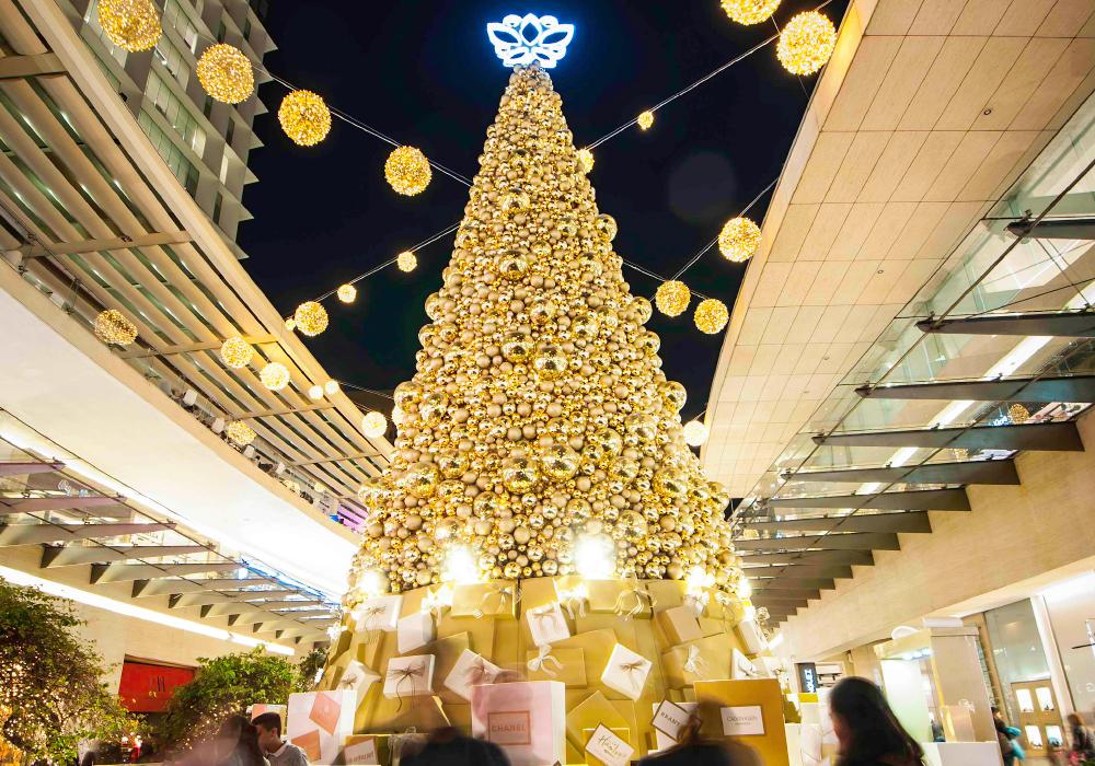 オーストリアのショッピングモール内に設置されたオーナメントボールと電球を組み合わせたイルミネーションの写真