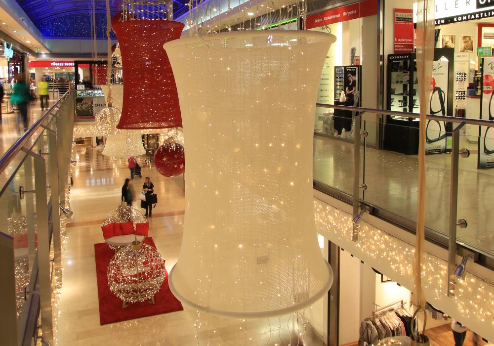 オーストリアのイスタンブールのショッピングモール内に設置されたシェード付きのイルミネーションの写真