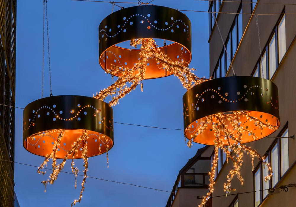 スウェーデンのストックホルムで取り付けられたランプシェード付きのイルミネーションの写真