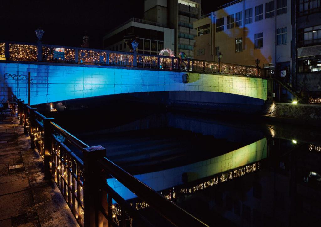 季節やイベントに合わせて色を変化させた京橋の写真
