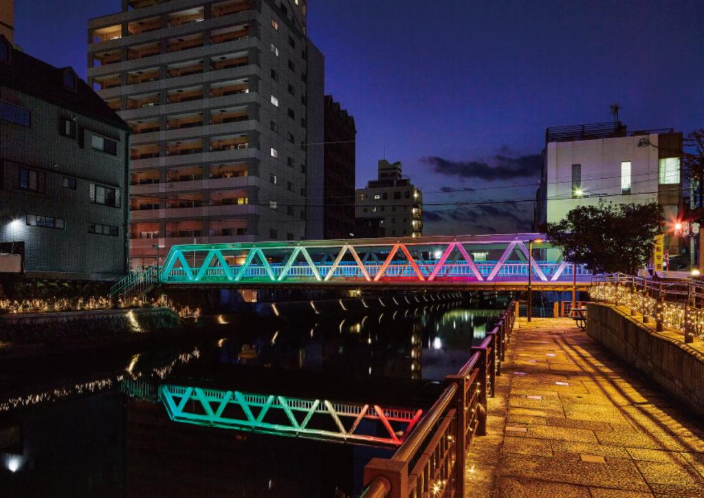季節やイベントに合わせて色を変化させた中橋の写真
