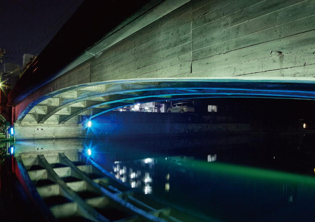 季節やイベントに合わせて色を変化させた寄合橋の写真