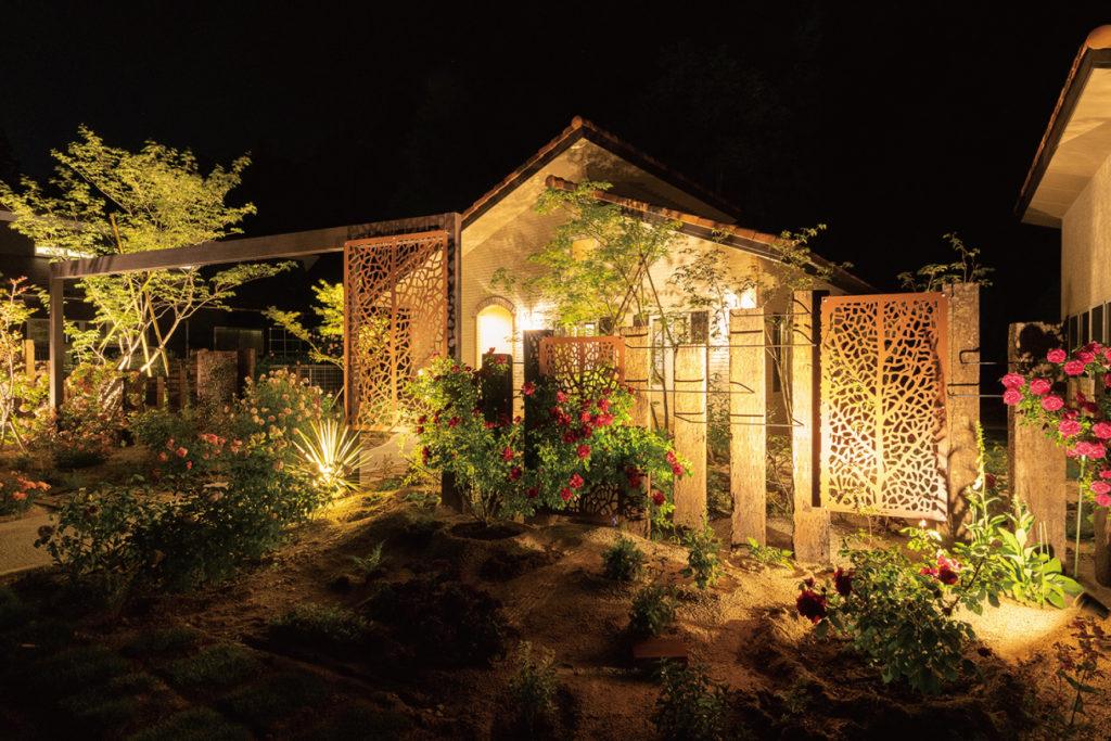 春の植物がたくさん咲いている夜の庭のイメージ