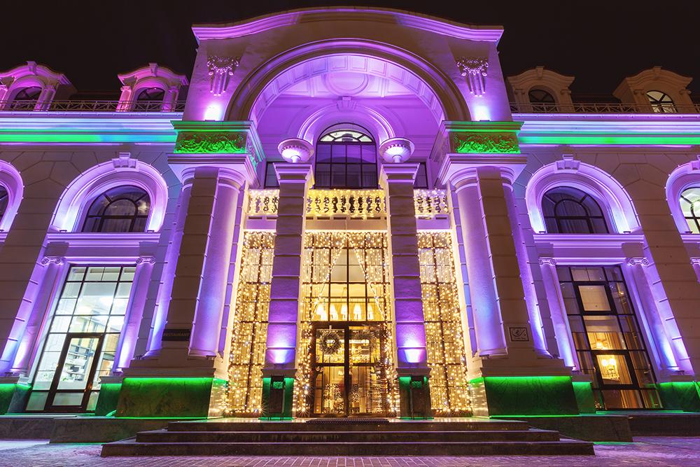 ウクライナにあるホテルのエントランスがカラーライティングされている写真