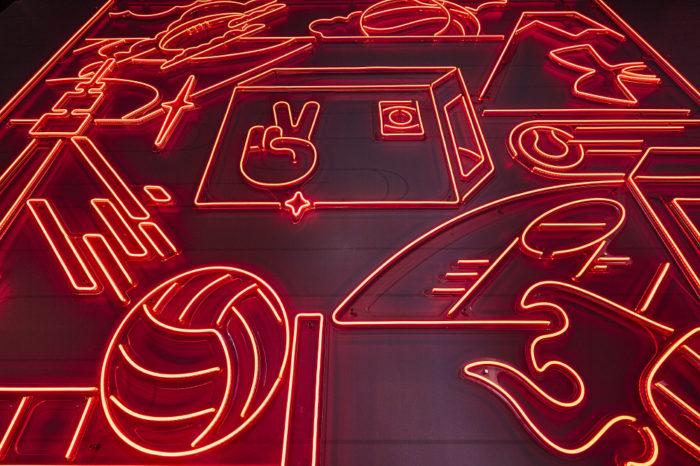 LEDネオンサインで表現されたディスプレイの写真