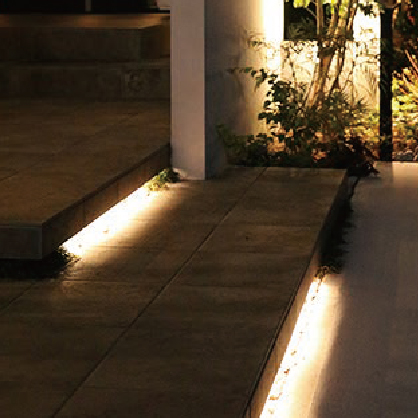 LEDバーを設置して段差のアプローチを照らしている写真