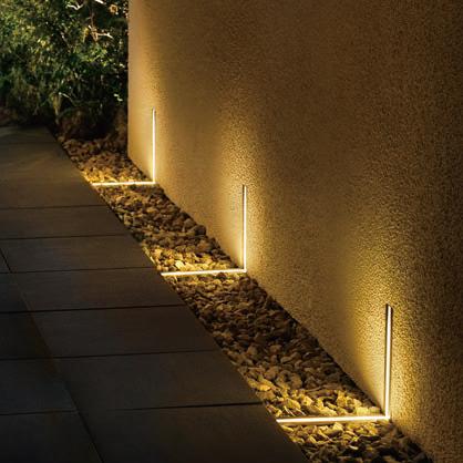 ライティングフェイスを床面と側面に組み込んでアプローチを照らしている写真