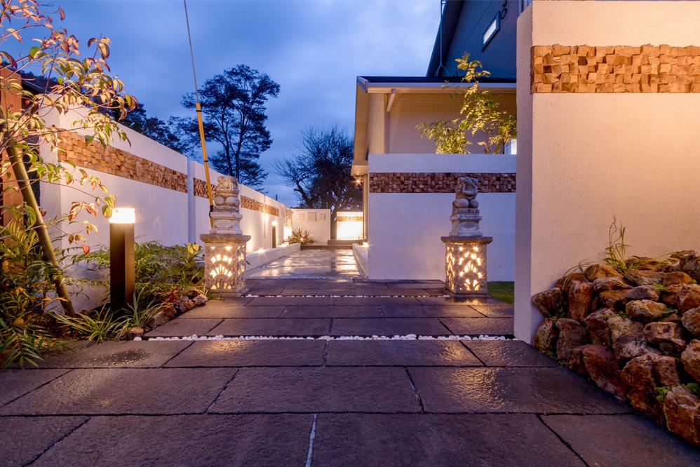 バリ風なお家の入り口の写真