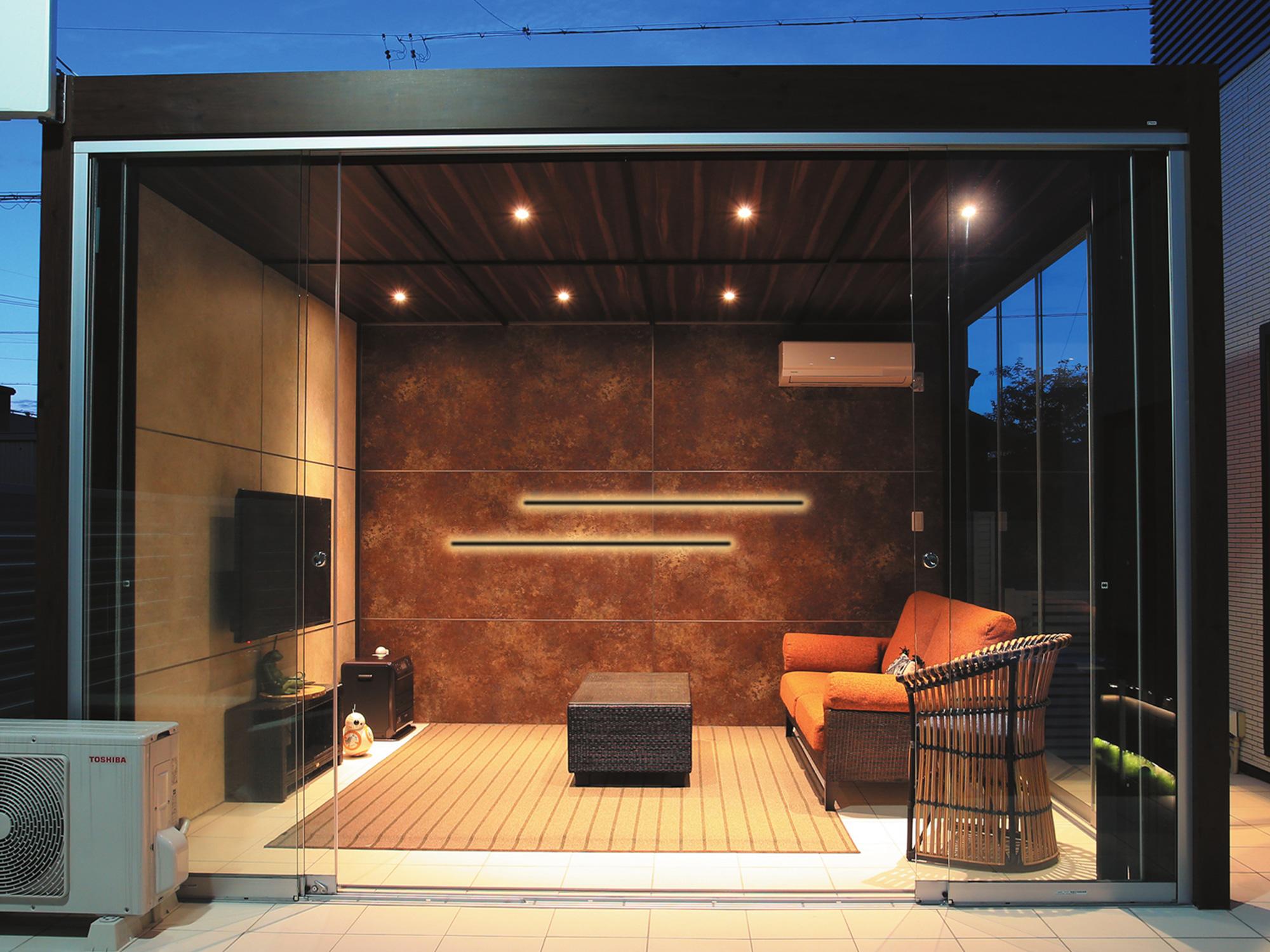 ラインウォールライトを壁に設置して壁面から間接的に空間を照らしている写真