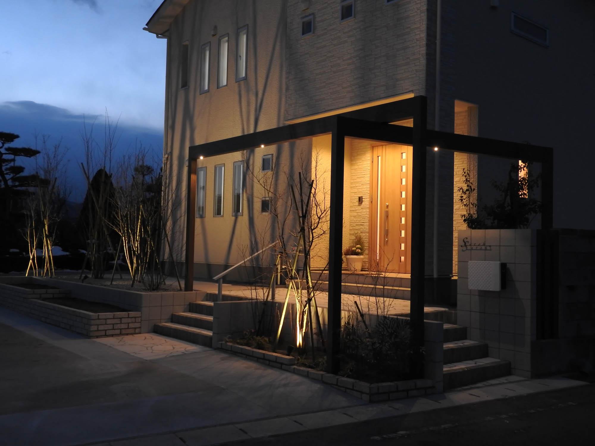 家のファサードに枯れ木の影をシャドーライティングした写真