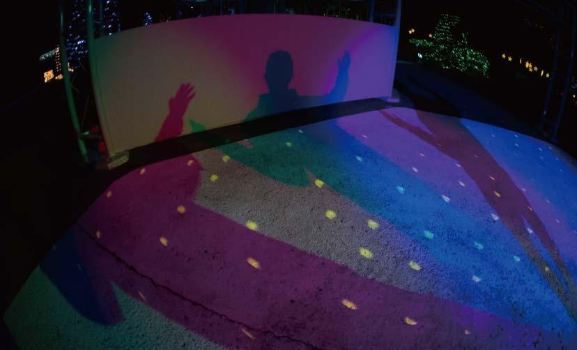 ダンススポットに設置されたライトによるカラーシャドーの写真
