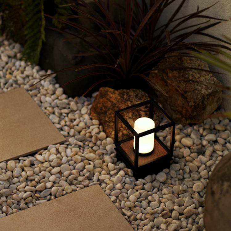 キャンドルのような光を演出するモダンクラシックシリーズのパススタンドライトの写真