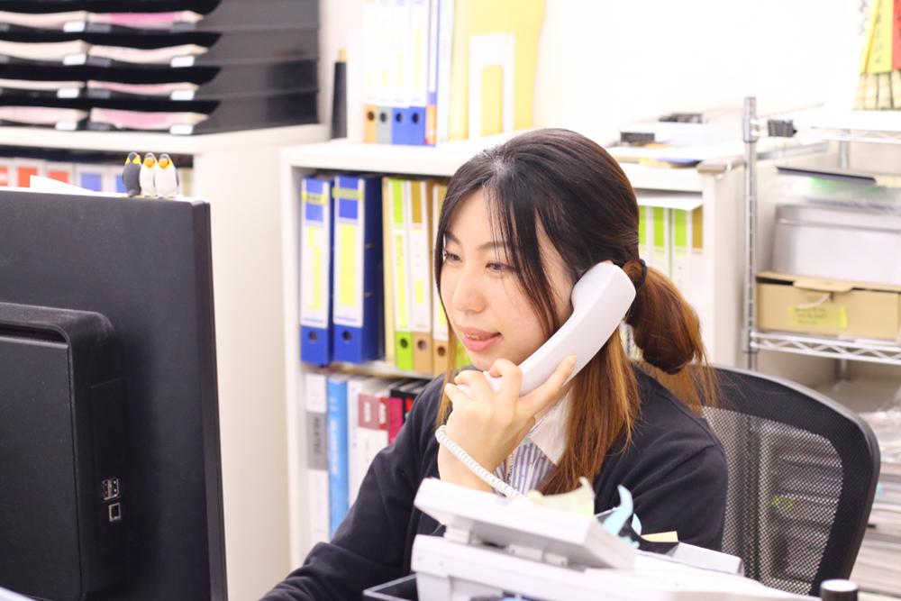 電話でLEDサインの問い合わせに対応する社員の様子