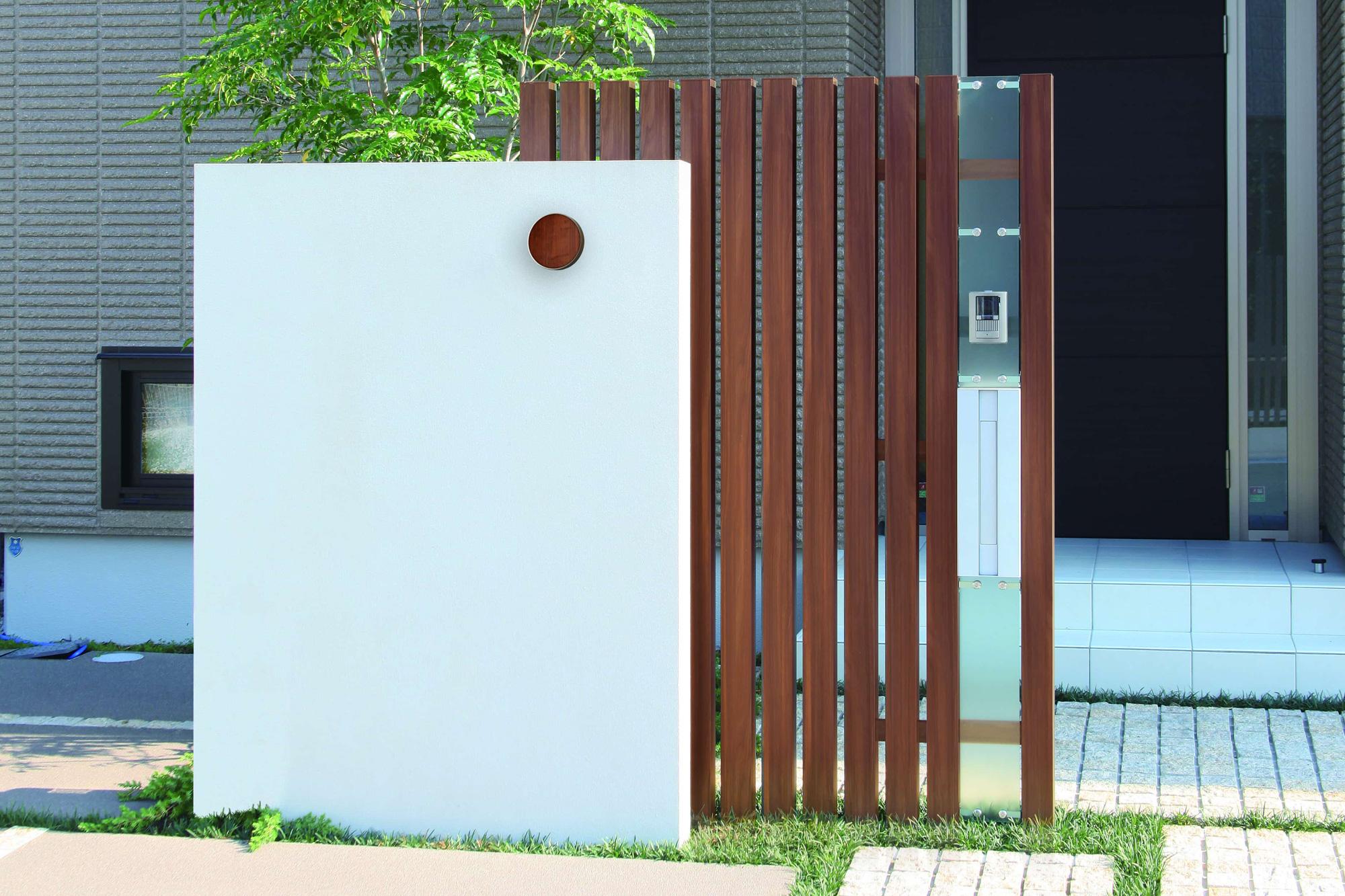 門袖にエバーアートウォールライトで周辺の建材の色と合わせた色でアクセントを加えるコーディネートの例