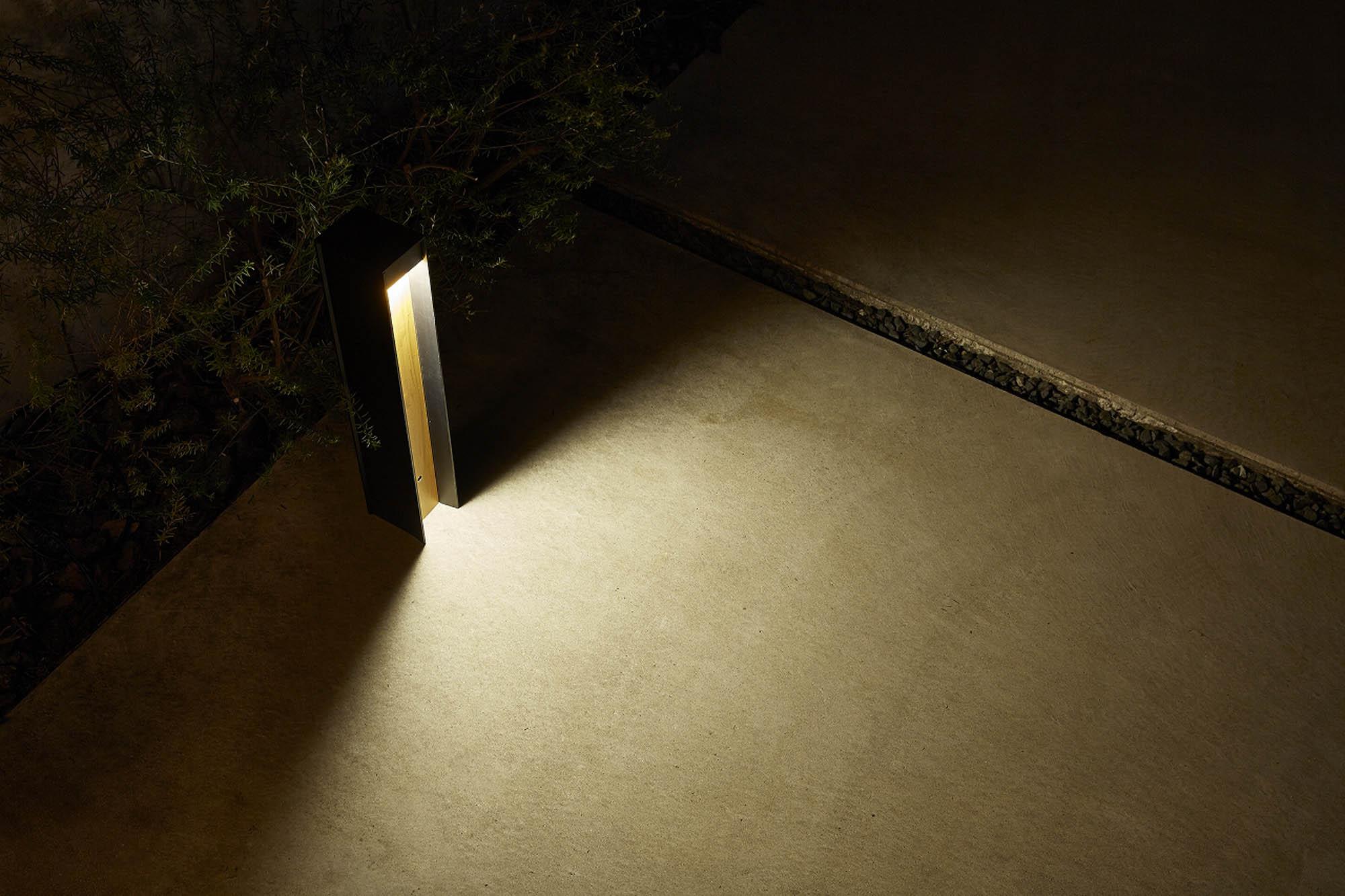 エバーアートポールライト7型の床面配光で足元を照らしている写真