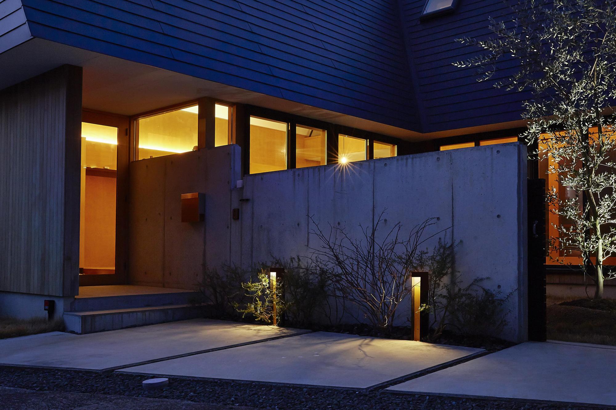 住宅の景観に合わせた色柄のエバーアートポールライト7型を取り入れた例