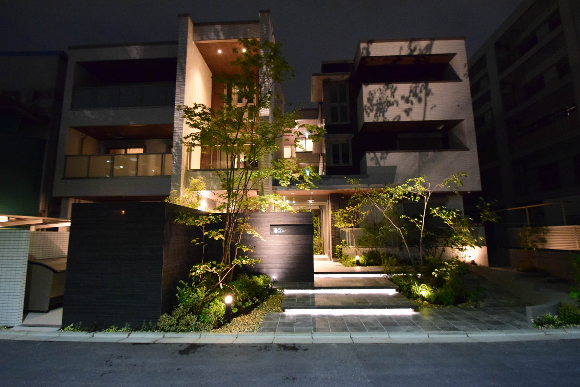 第28回タカショー庭空間施工例コンテストのライティング部門金賞に輝いた積水ハウス株式会社 大阪南シャーメゾン支店の現場の正面からの写真