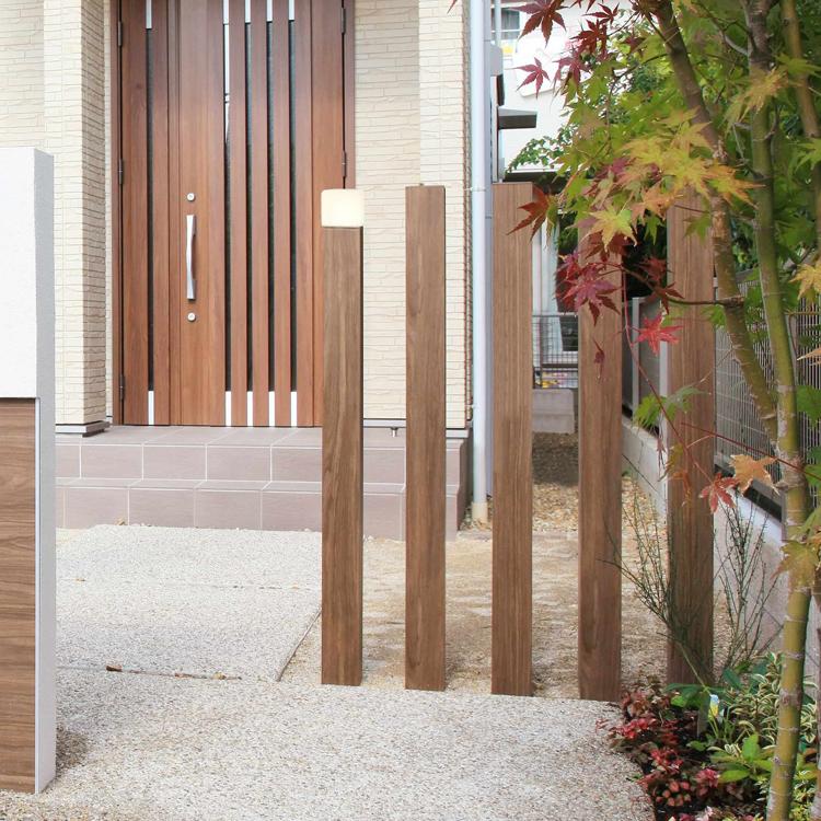 既存の建材にエバーアートポールライトの灯具を取り付けてオリジナルの門柱灯に仕上げた例