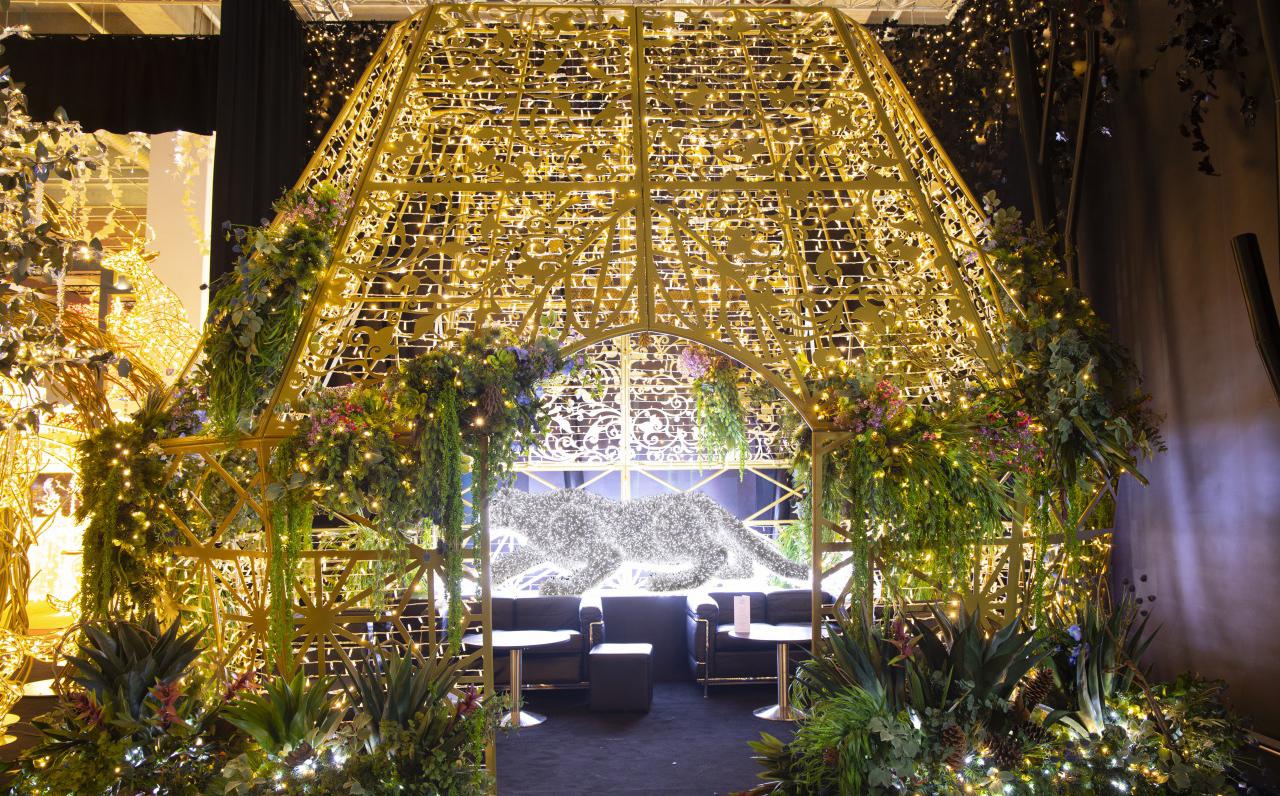 テラスに見立てたモチーフに人工植物を装飾した写真