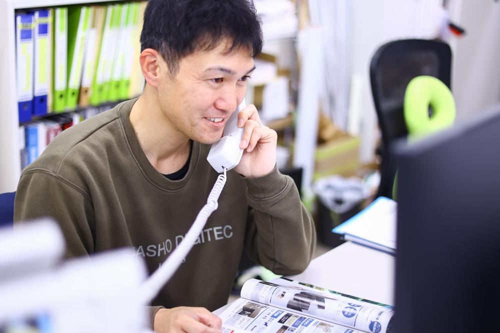 営業やお客様からかかってきた電話に対応している様子の写真