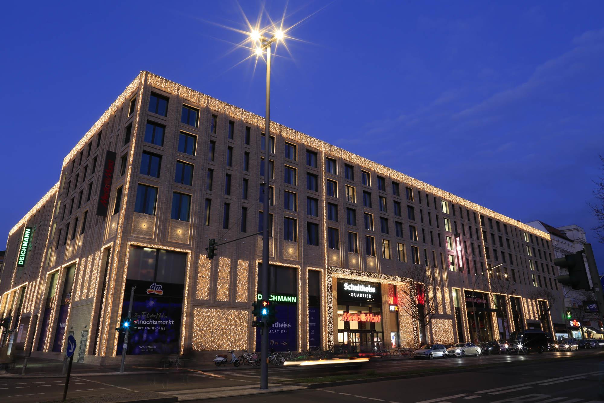 建物全体を電球色で統一してイルミネーションした写真