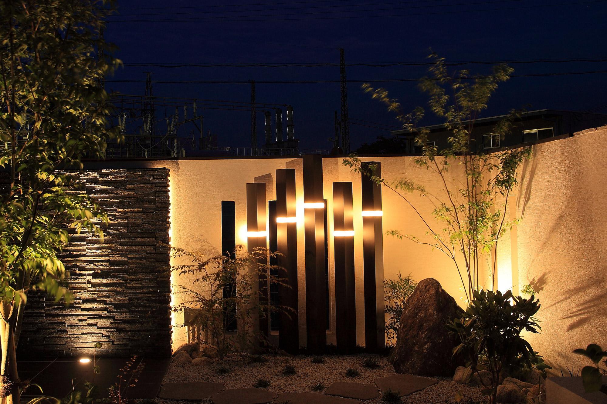 スリットライトを建材に組込んで壁を照らしている写真