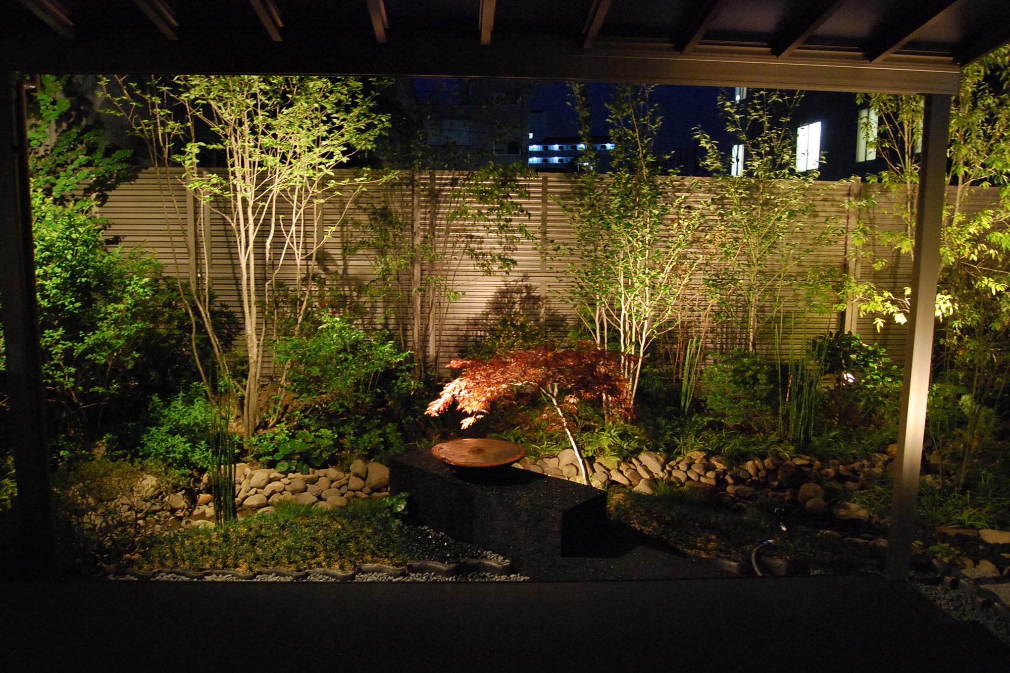 和風庭園のライトアップの例