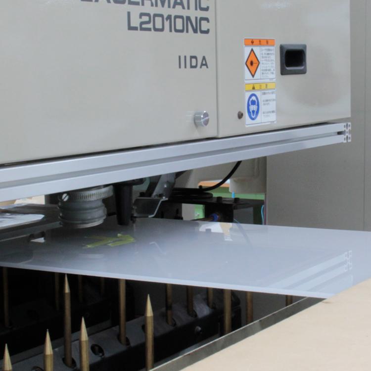 レーザー加工機での文字加工の様子