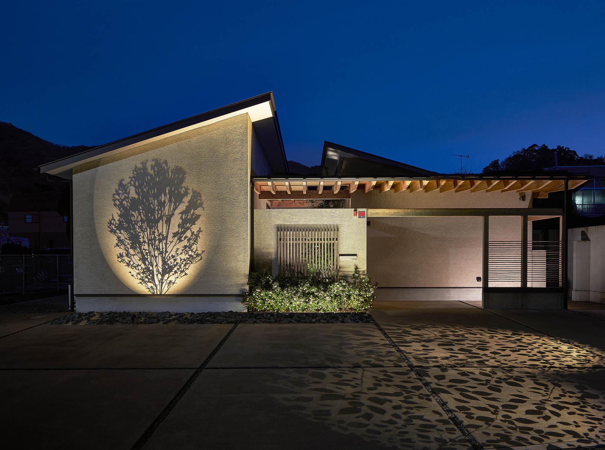 グラフィックスポットライトで、住宅の壁面と床面に模様を投影している様子