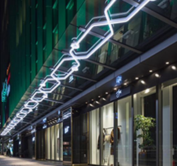 サインではなく建築デザインの一部となる光 仕様はRRO FRONT サインと同じですが、PRO FRONT サインならではの「薄さ」「細さ」「美しさ」がデザイン照明にも劣らない光を空間に届けてくれます。