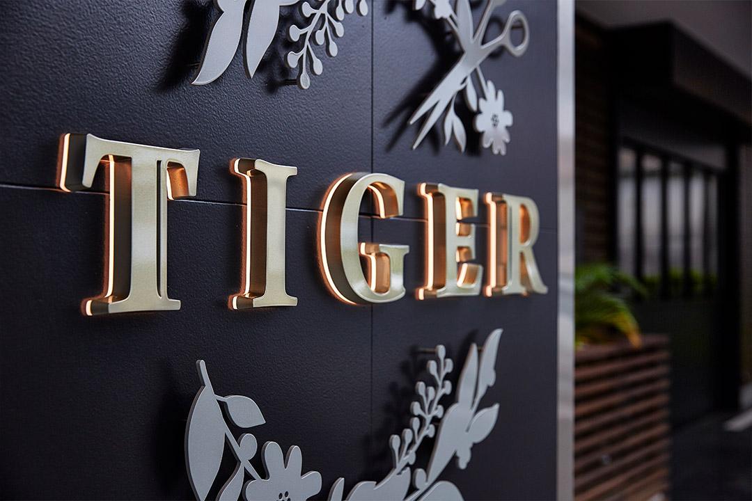 LEDサイン、LED看板のLEDIUS SIGN SMART SIDE EDGEの店舗の施工事例、美容室『TIGER』
