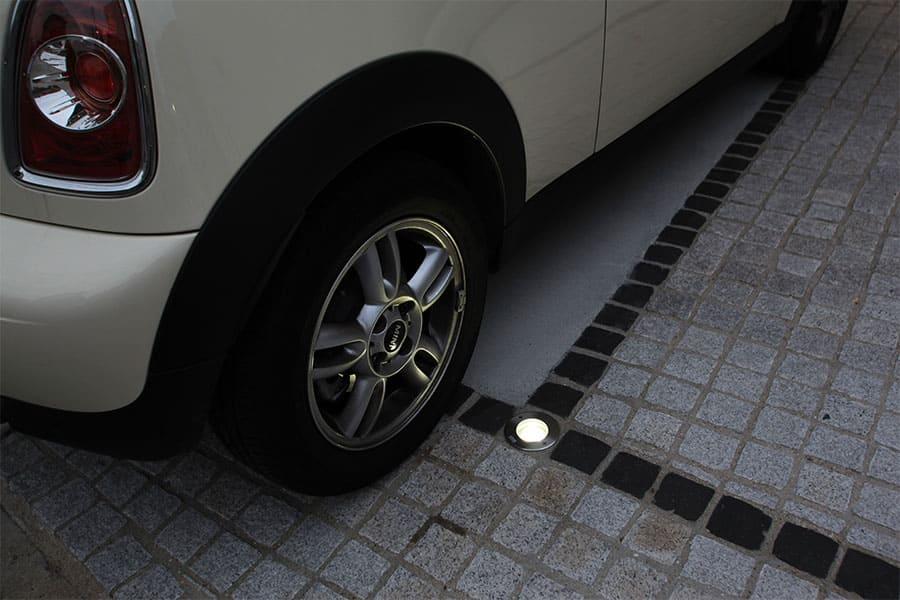 〈15mm厚ガラス仕様〉乗用車程度の一般車両通過時の荷重に耐えられます(耐荷重1.5tまで)