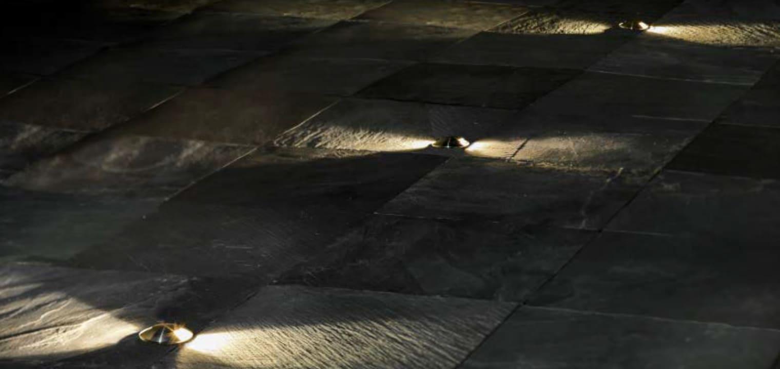 〈片側・両側配光〉器具側面に広がるくっきりとした配光が特長のグランドウォッシャーライトです。一時的な車の乗り上げにも耐えられる仕様です( 耐荷重1tまで)。