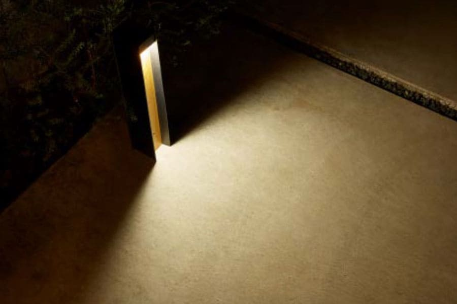 眩しさがなく、足元に十分な明るさを届ける床面配光。アプローチに連灯するのがおすすめです。