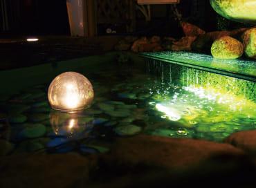 水中で不規則に漂う光