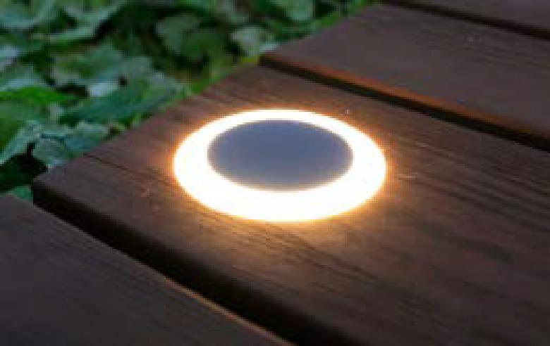 リング状に光るユニークなデザインは連灯することで、より個性を発揮します。